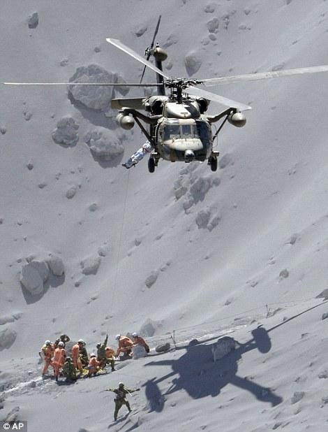 AP通信が撮った御嶽山における陸上自衛隊UH-60の救助写真は後世に残るだろう dailym.ai/1nprs9w#i-7151… pic.twitter.com/0Nl6oCrsX2