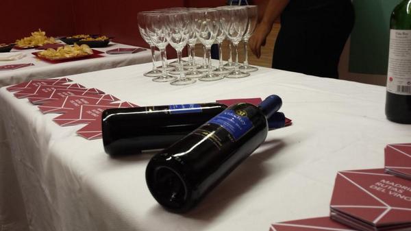 Buena presentación incluso en vino español | Inauguración #zarzuela1814 | @BNE_museo cuida detalles |@BNE_biblioteca http://t.co/Tor65fXLGG