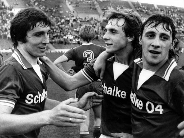 Heute vor 38 Jahren: Historische Pleite für den @FCBayern: @s04 gewinnt mit 7:0 in München. Klaus #Fischer trifft 4x. http://t.co/Io4MiAosnf