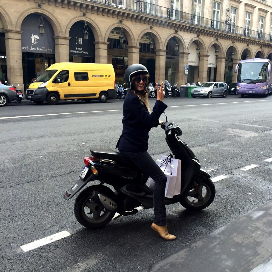 RT @Stylebop: Could there be a chicer woman on-the-go in #Paris? @Carodemaigret #stylebop #360fw http://t.co/YfZlHwVMhB