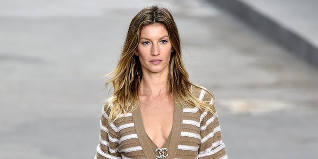 Did you see @giseleofficial walk the streets of @CHANEL?! #pfw http://t.co/r0hVwJNQU3 http://t.co/1BKAuh4veV