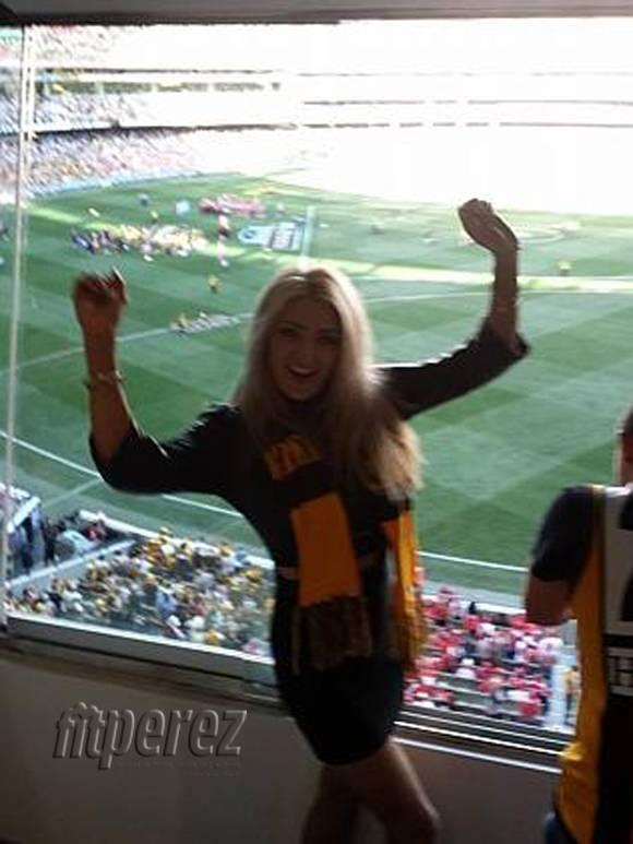 #Stripper attended an Australian rules football game & stripped naked in front of everyone! http://t.co/plgSaJ1vnM http://t.co/AEEq9z0AyQ