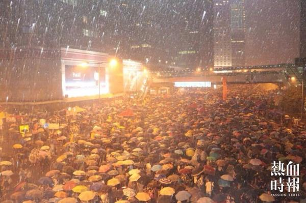 A rainy night in #HongKong and a beautiful photo via Passion Times. #OccupyCentral http://t.co/oTzpt004SR