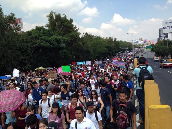 Ya inició la mega marcha #TodosSomosPolitecnico @almohadazo http://t.co/LAuGIawoxt
