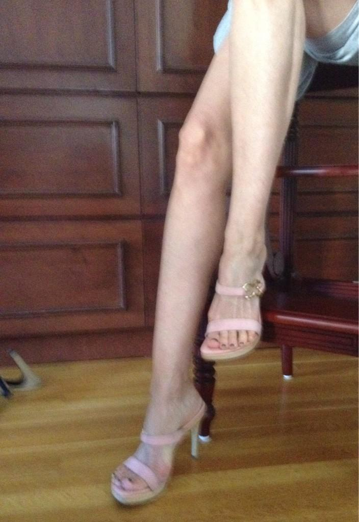 Can't believe I thought these shoes were THE BOMB! Maybe they look better with a tan? #Escada http://t.co/G5nBxjj4E3
