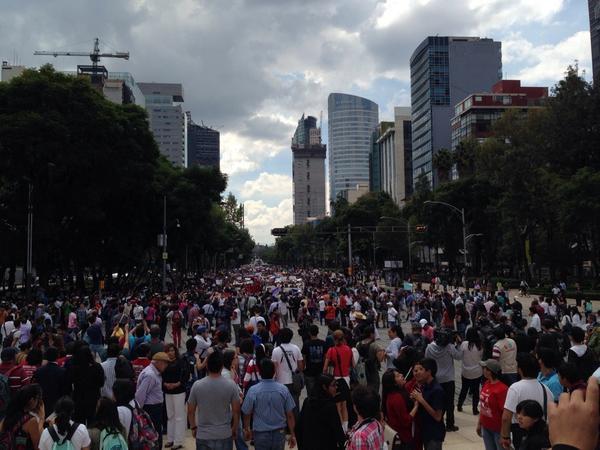 Y los alumnos del #TodosSomosPolitecnico llegan al ángel de la independencia http://t.co/ufM7Zo2qpp