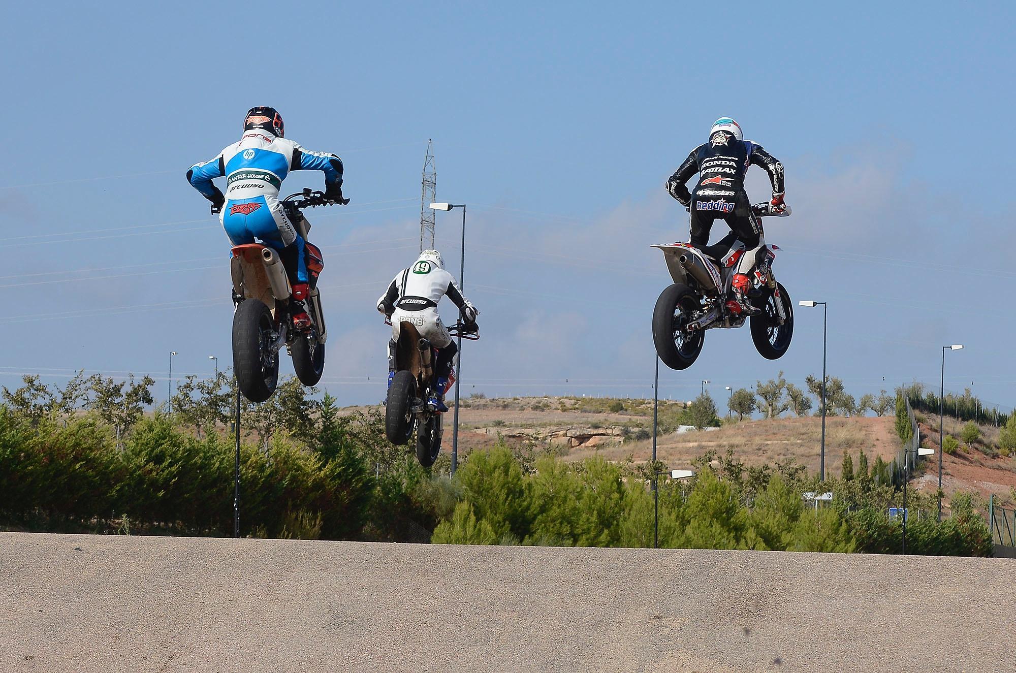 Le bar de la compétition moto ! - Page 21 ByzySLUCAAEeB1y