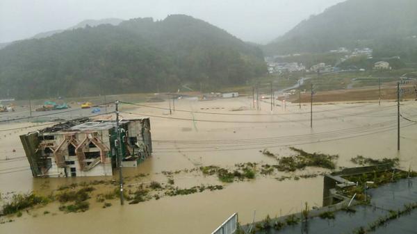 画像は6:30分頃に撮影した国道398号線地域医療センター下です。 冠水で車の通行は出来ませんのでご注意下さい。(モリモリ) #女川 #onagawafm pic.twitter.com/viGTdX2zl4