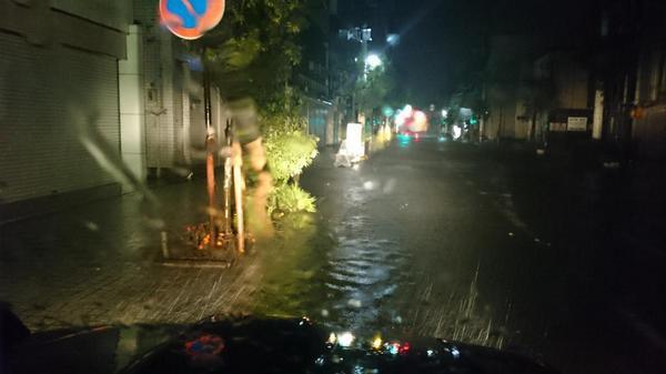 冠水状況の続報。石巻市中央アイトピア通りは4:20現在、歩道の高さまで冠水しています。(撮影場所は、みやぎ生協文化会館前です。) pic.twitter.com/7BPmkLrSm3