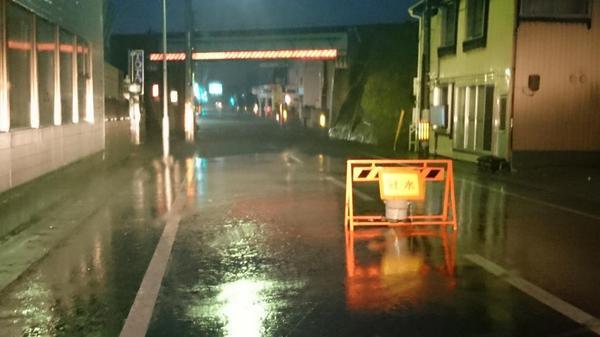 冠水状況の続報。石巻市清水町仙石線ガード下、25~30cmの冠水。中里バイパス清水町交差点付近も徐々に水が溜まり始めています。 pic.twitter.com/yr7IQrDd8B