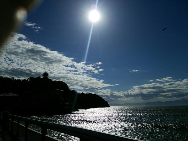 逆光の江ノ島。手が入っちゃったww