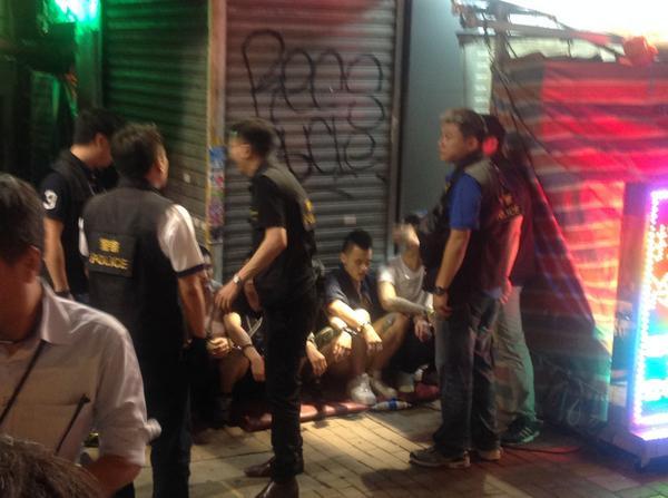 在旺角弥敦道和山东街交叉口,20多位暴徒用雨伞和类似木棍欧打声援星期五下午被反占中人士欧打的学生和市民,记者目暏至少两人头被打伤,血流满面。现场声援学生的市民将暴徒包围,高呼反对暴力。现场10多位便衣警察捉获至少6名打人的男人... http://t.co/aN7z51N8S7