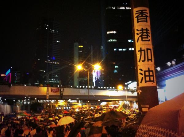 【你有黑社會,我們有民心】當黑社會空群而出的消息傳開後,人們非但沒有被嚇走,還愈來愈多人,金鐘再次人滿為患。可愛的香港人,催淚彈驅不散,黑社會嚇不跑,這夜,我以身為你們的一份子為榮!  #傘花革命 #UmbrellaMovement http://t.co/GxNiKsGrcC