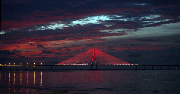 The 3rd year  Estee Lauder lights up the Bandra Sealink in pink to raise awareness for Breast Cancer #BCASStrength http://t.co/iO9pSB4L7y