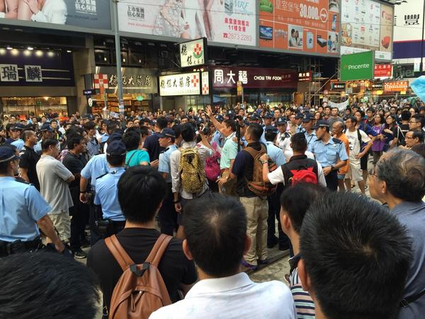 Fights kicking off in #CausewayBay! #OccupyCentral http://t.co/6x2Lw8NHx1