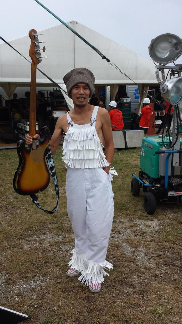 モンバチフェス、フラカングレートさん本日のお衣装。フリフリオーバーオールなり http://t.co/35p1MfXMpy