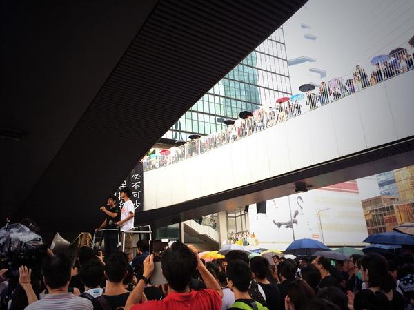 Alex Chow & Joshua Wong speaking to the crowds earlier. Emphasise continuation of peaceful tactics. Rally tonight 8pm http://t.co/g7faEhgfPa