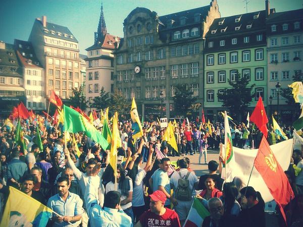 Du monde, place Kléber à Strasbourg pour dénoncer les crimes de daesh #massacreKurde http://t.co/hXmG7P1oHz