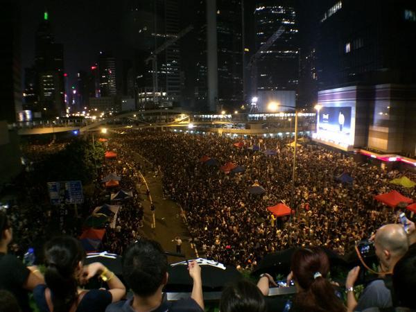 香港文汇报说示威者阻止救护车救人,这个我不信。我在金钟亲眼看到学生们自觉空出一条通道以便救护车通行。 http://t.co/MrlbLXaz9Q