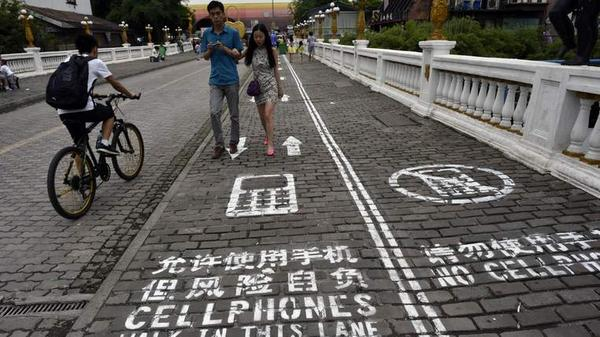 Mobile phone zombies to the left please. #Chongqing #China http://t.co/t2r4nMEyUr