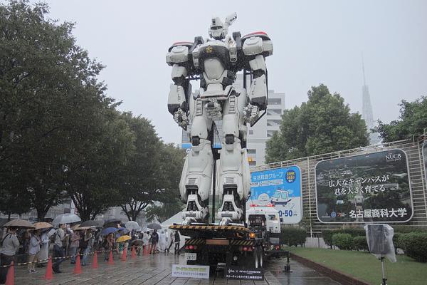 大雨の中、予定通り行われた名古屋・栄のイングラムスタンドアップ。「雨というハプニングもパトレイバーっぽいですね」と千葉繁さん。見物客も多かった15時の回はプラカード男はいなかったけど、特車二課の服を着た人たちはちらほら見かけた。 http://t.co/8TdIkoNJGZ