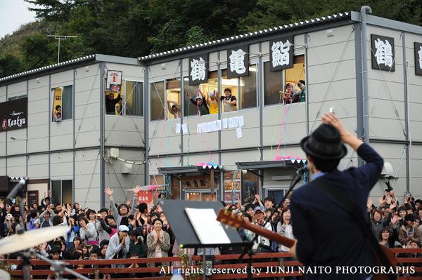 笑顔でいっぱいになった。  未来商店街で開催された「小さな音楽祭in陸前高田」・・・スピッツロックが魔法をくれた。陸前高田の方々や来客の方が混ざりあって最高の笑顔をくれた。  ないしょだけど、感無量の涙がにじんだよ。未来へありがとう。 http://t.co/OEMzllEXrv