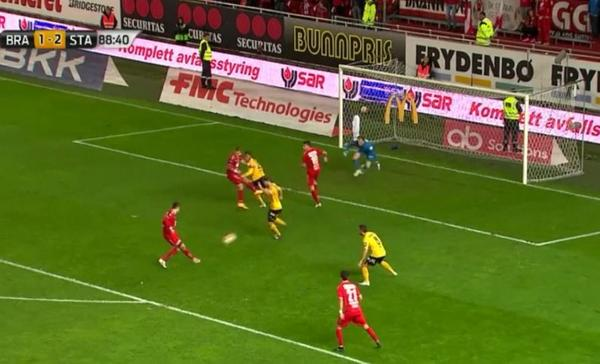 This was the big chance that Mojsov shot right at the keeper