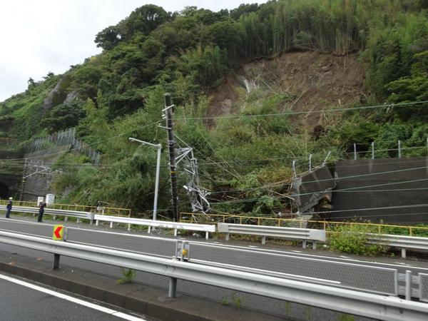 静岡市清水区地内の東海道本線がけ崩れになってる。復旧に時間かかりそうです pic.twitter.com/n8fuvvOqLF