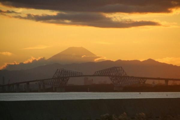 こんなはっきりと舞浜で富士山が観られるとは…。 http://t.co/gBsjrWo8cG