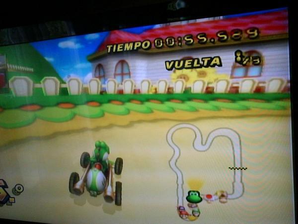 Acá mi hermana jugando al Mario cart!!ajjaja http://t.co/VDkzIaoMpe