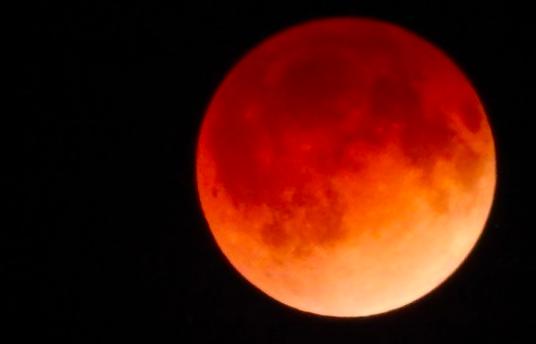 皆既月食いつもより大きく8日観測 cnn.co.jp/fringe/3505480…(CNN) 米西部で現地時間の8日早朝(日本時間同日夜)、月が地球の影に隠れて赤銅色に見える皆既月食が観測できる。#月食 #月 pic.twitter.com/0sfI8r8JuO