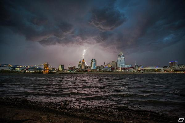 Amazing shot of Cincinnati that @EmadRashidi captured last night. http://t.co/dAs9KKhLIM