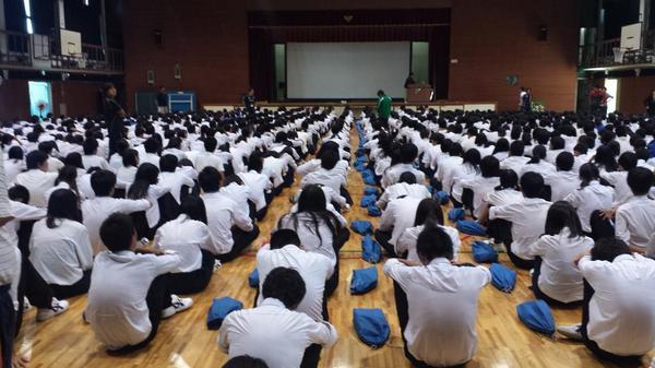 豊中市立第3中学校での講演会終了(゜ロ゜)!!今日も楽しかったぜぃ(*・∀・*)ノ先生方、聞いてくれた1000人以上の生徒さんたち、本当にありがとうございました☆ http://t.co/gLXOEeuKV5
