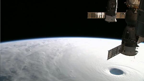 すげぇ…猛烈な台風19号「ヴォンフォン」ustream.tv/channel/iss-hd…#ISS #HDEV pic.twitter.com/GE6HaruQxW