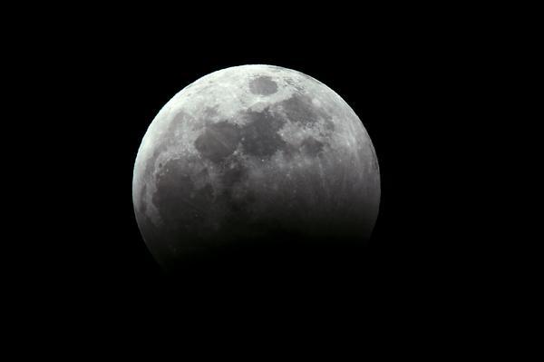 撮影時間 2014/10/8 18:30  食分23%  #lunar eclipse  #Total eclipse of the moon  #皆既月食  #月食 http://t.co/RJaaxxb5gc