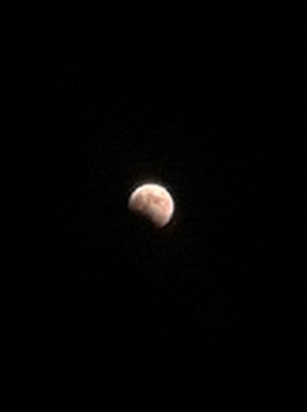 18:25 欠けてゆく月をスマホで撮影。iOS7の場合、明るい光を背景に画面長押し→AE/AFロックしてから月に向け撮影、で光がにじまずとらえられます。 pic.twitter.com/cPvTQESOVP