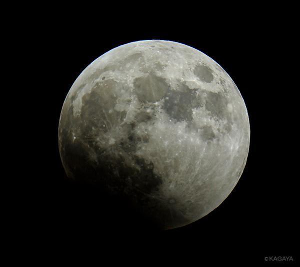東の空をご覧ください。昇った満月が欠け始めました。月食の始まりです。 pic.twitter.com/CObFNvKQNL