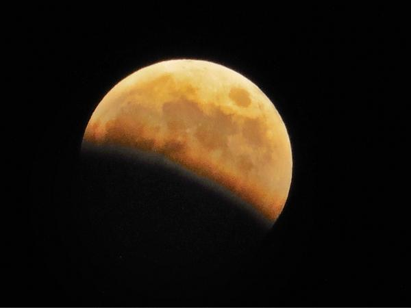 08 Oct.18:46 部分月食が進んでいます。 partial lunar eclipse at Fukuoka city in Japan http://t.co/c4JuF1W8I4