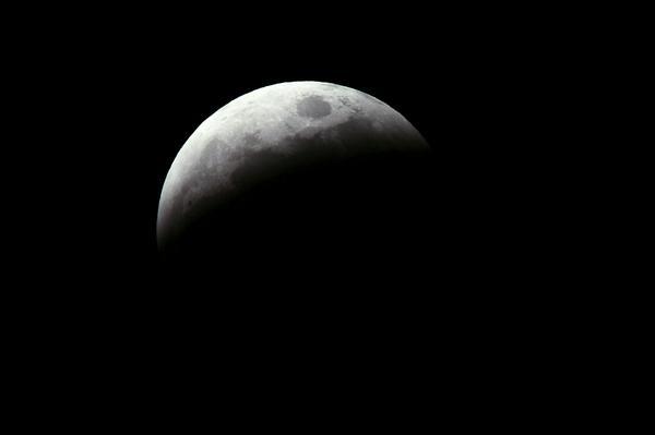 撮影時間 2014/10/8 19:00  食分68%  #lunar eclipse  #Total eclipse of the moon  #皆既月食  #月食 http://t.co/jzKLMVJj0Q