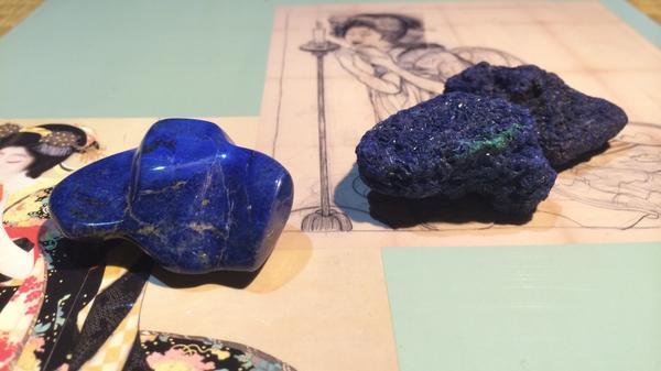 日本画各位。ラピスとアズライトは別物。間違わないように。私らは古来よりアズライト派です。ウルトラマリンを群青と呼んだため混同。 #なぜ青色発光ダイオードがすごい発明かと言うと青いバラがないように自然界に青色が存在しないからなんだよね http://t.co/S9dU1YqlXy