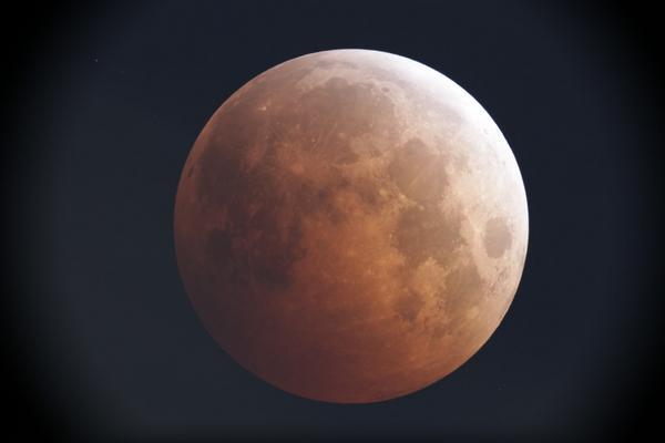 19時30分、皆既中の月です(^^)/// http://t.co/AK1rk1GQZn