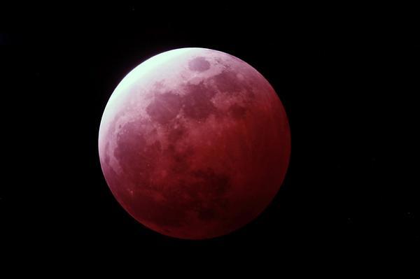 キタ━━━(゚∀゚)━━━!!  撮影時間 2014/10/8 19:25  食分100%  #lunar eclipse  #Total eclipse of the moon  #皆既月食  #月食 http://t.co/GYkg02v9mb