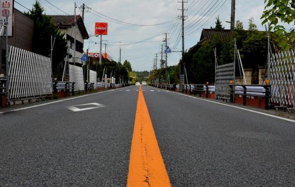 フクイチ事故による帰還困難区域を走る国道6号が封鎖解除となったので、富岡~大熊~双葉~浪江と走った。平均線量3.8μsv/hだが、フクイチ入り口付近で突然約7μsv/hに跳ね上がる。両側の民家や商店の入り口はバリケードで封鎖され異様。 http://t.co/kfQHdRXA7p