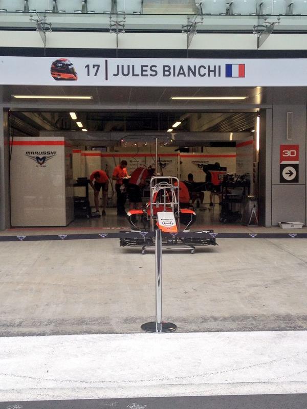 Els mecànics de Bianchi fan el cor fort a Sotxi i munten el cotxe que hauria d'haver pilotat el francès.#ForzaJules http://t.co/fylG1ssjdA