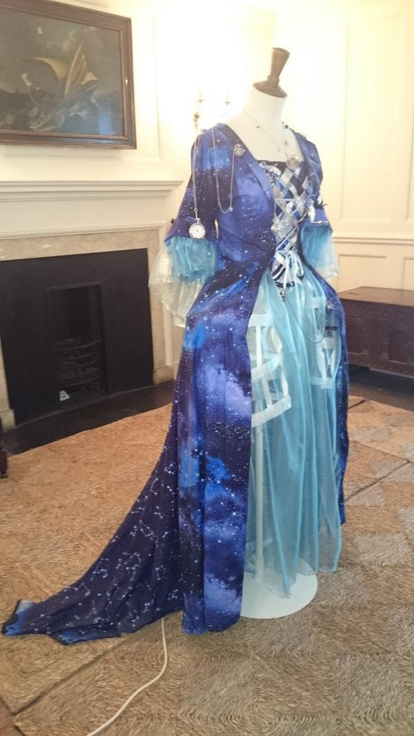 特に天文好きという程ではないですが、グリニッジの天文台には行ってみたくて、この前ロンドン行った時に行ってみたんですけど、併設の博物館にあったこの星のドレスが本当にきれいだったんですよ。 http://t.co/WMQnwCVqWG