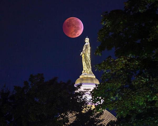 The beauty of the blood moon as captured by University photographer @mattcashore! #BloodMoon2014 http://t.co/LWU9PUgtPM