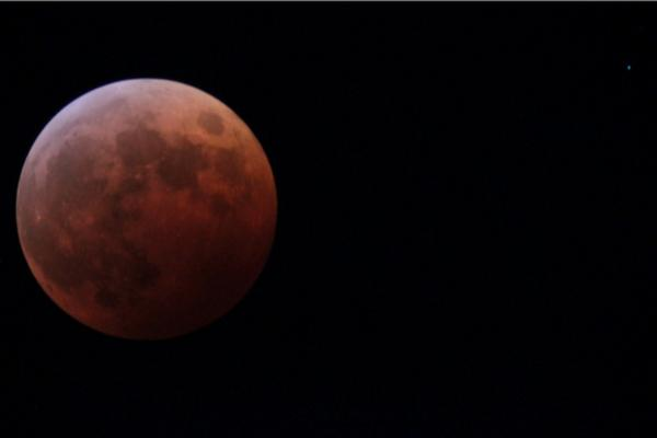 右上の点が天王星…のはず! #皆既月食 #ウチソラ http://t.co/29rGL34p0i