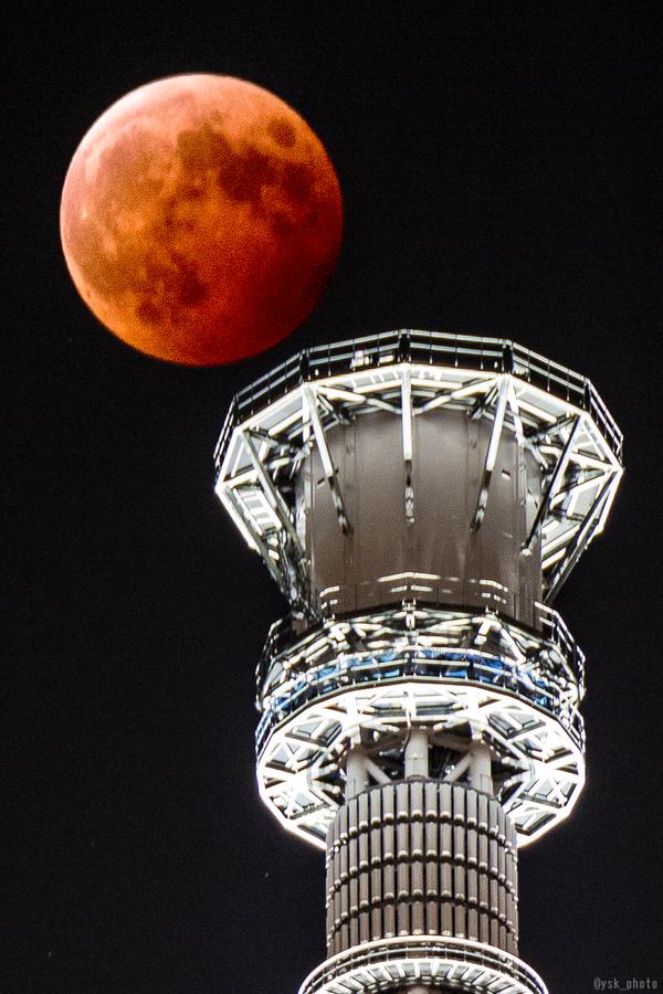 皆既月食・スカイツリー最接近時 pic.twitter.com/J98gCePh7W