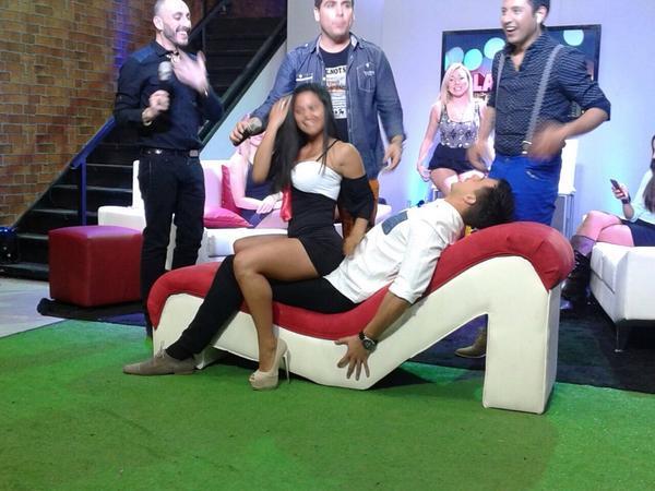 Camilo Huerta reaparece en los medios jugando sobre sillón erótico... http://t.co/6li9E1dSoA