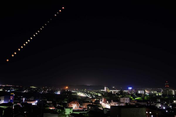 10月8日の夜に見られた皆既月食 市政情報課の職員が撮影しました。 http://t.co/Fbs7Ibm72c http://t.co/8ZTJJir1x8